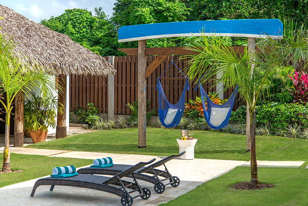 Relax between pool and bar all day long!