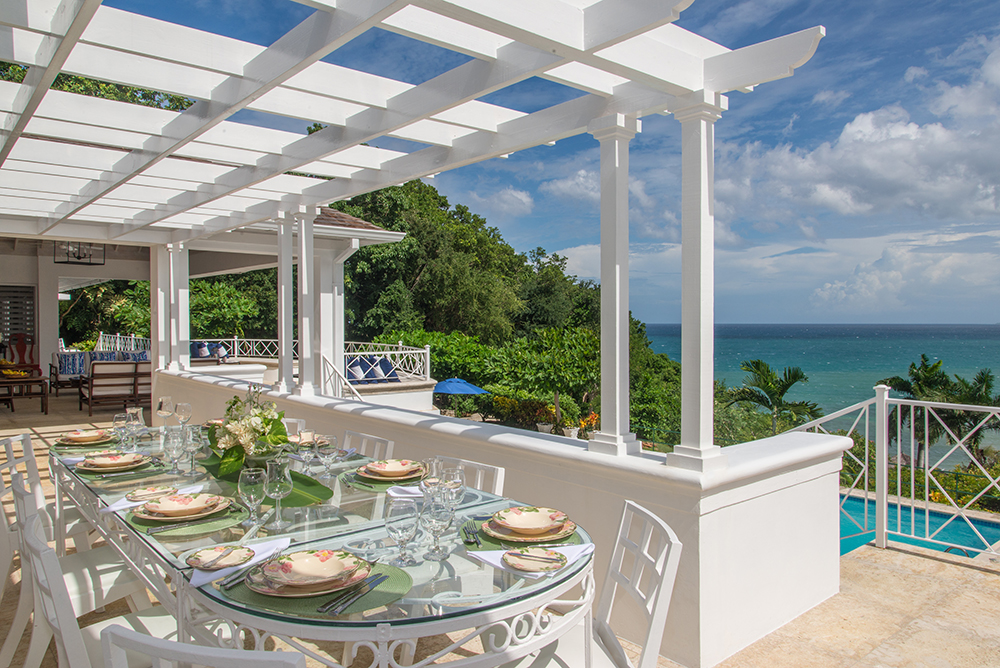 DELIGHTFUL, DELICIOUS DINING Start the day with sunshine and a cooked breakfast of your choice on the east balcony.