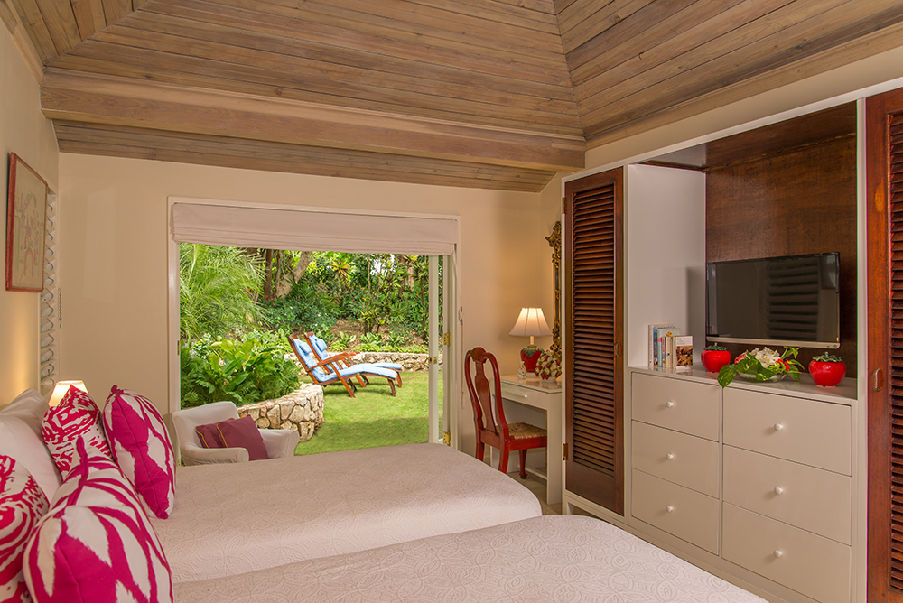 Bedroom 3 provides the choice of a king bed or two twins.  This upstairs trio of optionally connecting bedrooms can be a versatile suite for a family ... or for three individual couples who w