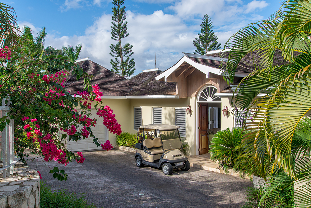 JAMAICAN DREAM is a charming villa with four bedrooms, pool, gym and lovely sea view.   Near three championship courses, this is an ideal location for golfers.