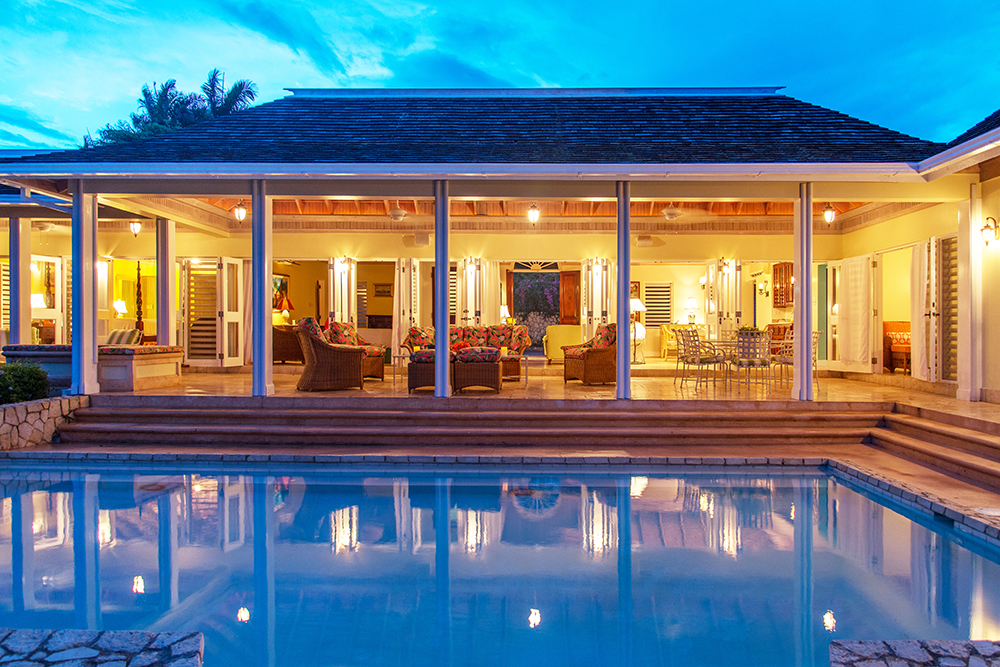 This pretty villa is ideal for one or two families ...