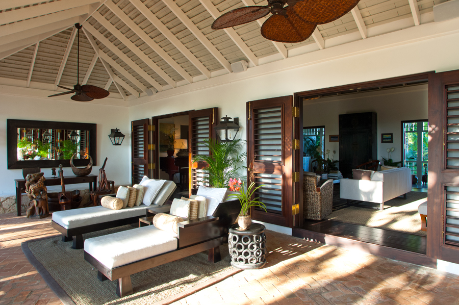 The central Great Room opens to both the east and west verandahs ...