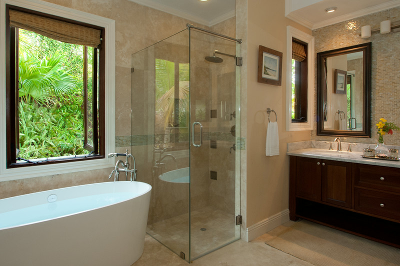Its en-suite bathroom has a double vanity, deep bathtub and glass shower with 6 jets.