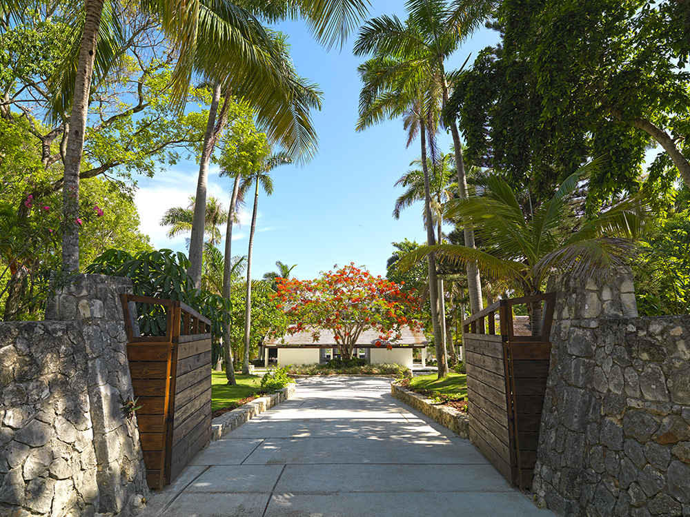 While the villa itself is uncluttered and modernly minimalistic, a firm sense of strength and grandeur welcome guests at the stone- and palm-clad gate.