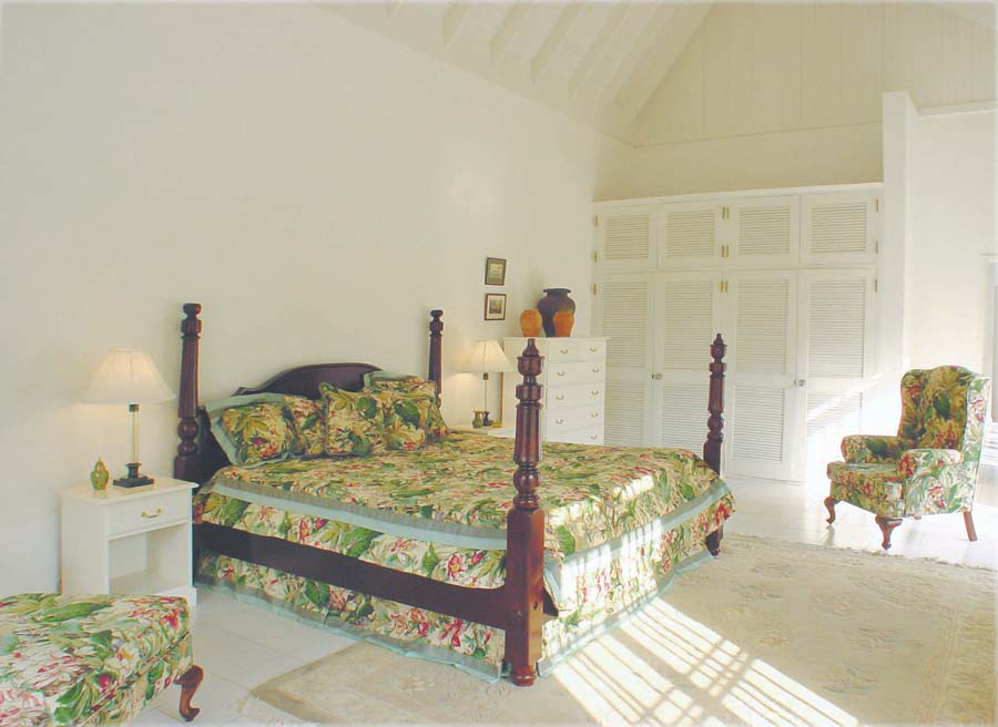 3rd UPSTAIRS BEDROOM - 400 sq ft  Kingsize bed, en-suite bathroom with Jacuzzi tub for two, small walk-in shower; view over tennis court, private landscaped park and mountains.